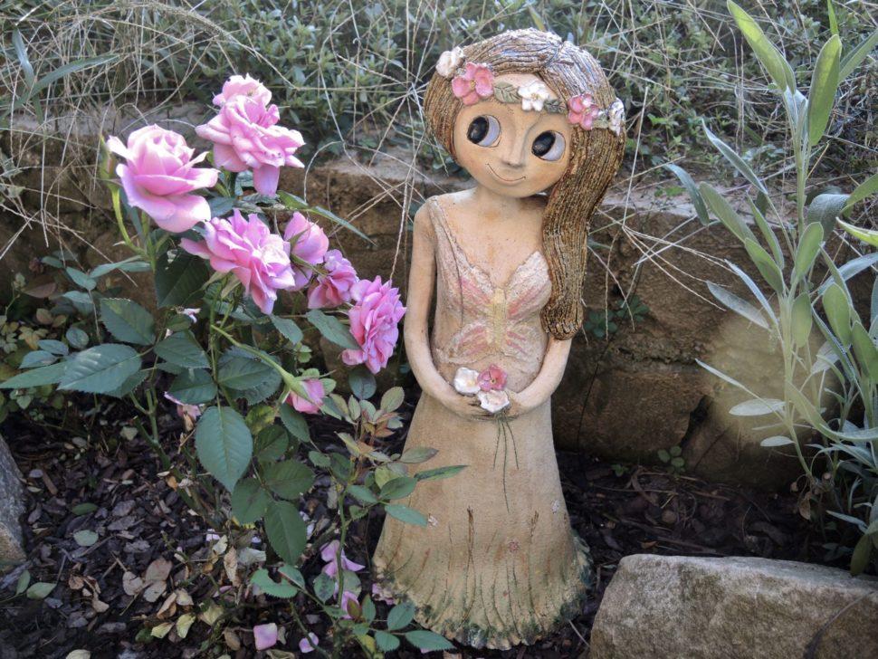velká víla louka květiny kopretina motýl věnečer socha keramika andee