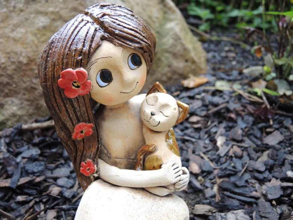 dívka skočičkou, kočka, figura, dekorace, keramikaandee