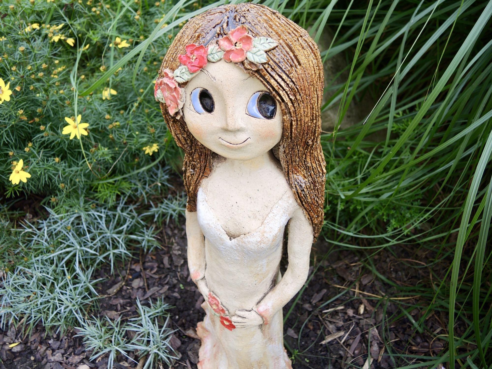 velká víla louka květiny kopretina amálka blondýnka socha keramika andee